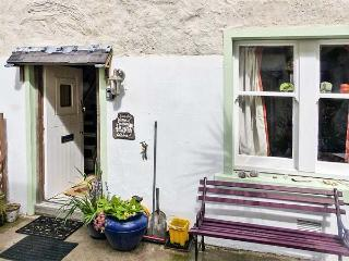 SARAH'S COTTAGE, WiFi, multi-fuel stove, private seating in shared courtyard, less than 1 min walk to sea, in Gardenstown, Ref 28793