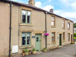 DOVE COTTAGE, romantic cottage in Tideswell, Ref. 914256