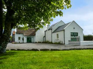 ANNIE'S COTTAGE, detached, character features, en-suites, open fire, near Castlebar, Ref 927842