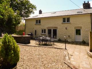 PENUWCH FACH, open fire, woodburner, enclosed garden, pet-friendly, near