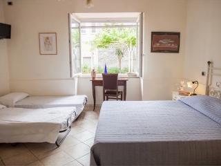 Camera da letto matrimoniale n, 1 con due letti singoli aggiunti