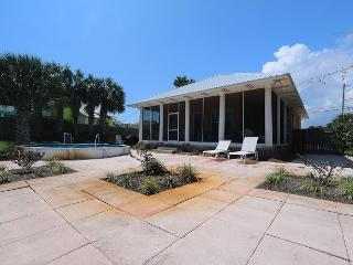 Frog Hollow Villa-Steps to the Beach-Sleeps 6-Pool-Sundeck-Screened Porch!, Panama City Beach
