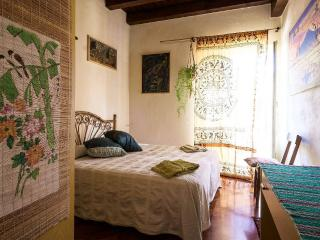 Bright & artistic apartment in the historic center