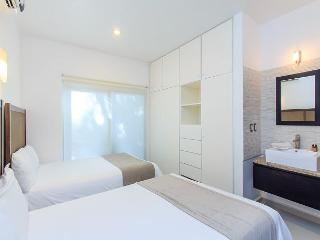 DEAL 2 Bedrooms+ up to 6 people + on 5th avenue + WIFI High Speed Internet, Playa del Carmen