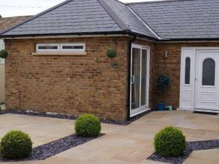 HOLIDAY BUNGALOW TWO MINUTES WALK TO SANDY BEACH, Broadstairs