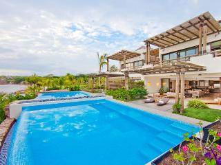Resort Villa on beach with private pool & staff