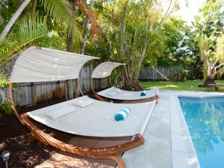 BRAND NEW : Remodeled Pool House sleeps 12!, Fort Lauderdale