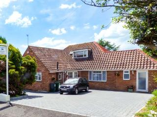 WOODLANDS, ground floor studio with WiFi, off road parking, near beach, Bexhill-on-Sea, Ref. 914812