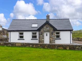 FARMHOUSE, welcoming cottage with en-suite, solid-fuel stove, WiFi, garden