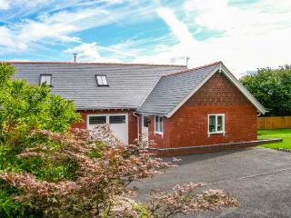 DOUGLAS COTTAGE, WiFi, woodburner, en-suites, parking, close to amenities, Penycae