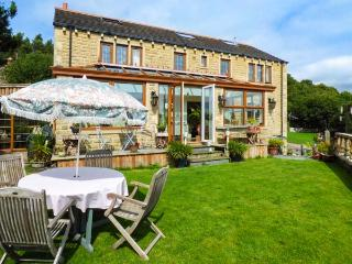 OAK VILLA, pet-friendly, excellent views, en-suites, WiFi, woodburner, beautiful garden, open plan, near Huddersfield, Ref. 927484