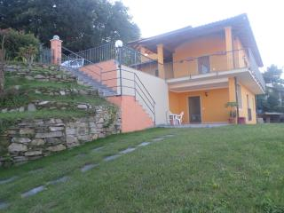 Villa nuova ,soleggiata con splendida vista lago!!