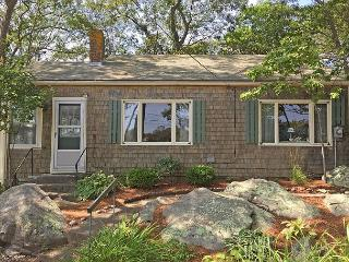 Captain's Cottage: Traditional setting with a private footbridge to the beach, Rockport