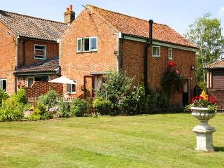 THE DAIRY pet-friendly, woodburner, hot tub in Saham Toney Ref 26592