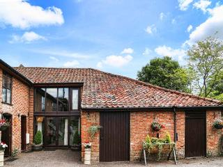 THE BARN pet-friendly, woodburner, hot tub in Saham Toney Ref 26593