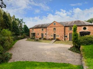 THE COACH HOUSE, WiFi, woodburner, BBQ hut, wood-fired hot tub and sauna, near Oswestry, Ref 911969