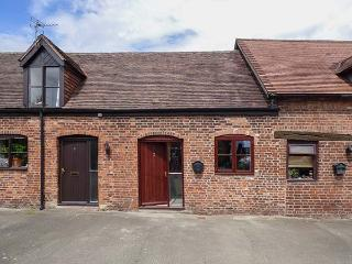 2 BANK FARM MEWS, mid-terrace, open plan, enclosed garden, WiFi, Ref 923859, Shrewsbury