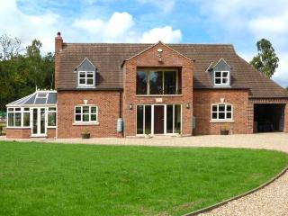 BROADLEAF HOUSE, detached, spacious, flexible sleeping arrangements, WiFi, woodburner, near Lincoln, Ref 923790