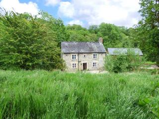 PLOONY COTTAGE, detached, pet-friendly, woodburner, enclosed garden, Bleddfa