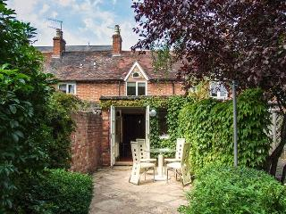 PRIMROSE COTTAGE, terraced, woodburner, parking permit, garden, in Stratford-upon-Avon, Ref 927003