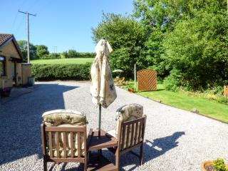 SWN Y NANT, romantic, WiFi, off road parking, private garden, bike storage, nr Tondu, Ref 927962, Overton