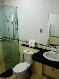 2 en suite bathrooms available