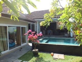 Stunning Tropical 3 bdr Villa (10 mins Seminyak), Kerobokan
