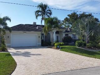 Villa La Belle - Romantic Waterfront Home, Cape Coral
