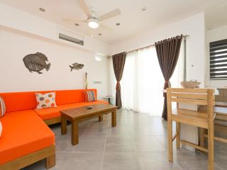 Fully equipped 1-bedroom condo in beachfront complex (J2)