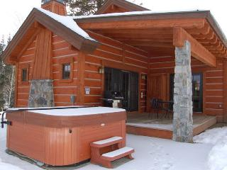 Cozy, accommodating Cabin with privacy and a hot tub with a view., Donnelly