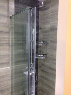 Shower fixtures for bathrooms