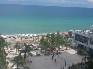 Affordable 1/1.5 oceanfront condo with balcony, Hollywood