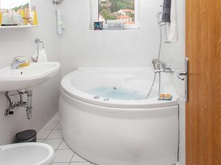 Bridge Apartment Dubrovnik - Bathroom with hot tube