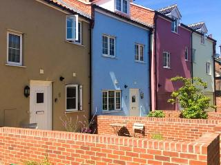 6 SEA MEWS, close to the coast, WiFi, off road parking, terrace cottage in Cromer, Ref. 905405