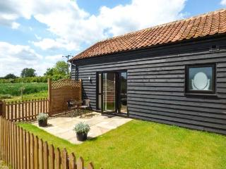 SNOWY OWL BARN, all ground floor, rural location, cosy cottage near Dereham, Ref