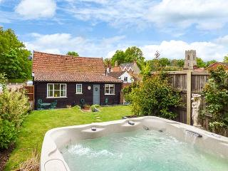 THE BARN, converted barn, hot tub, off road parking, garden, in Coltishall, Ref