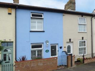 SEA BREEZES, en-suite bedroom, pet-friendly, enclosed courtyard, close to beach, near Lowestoft, Ref 923949