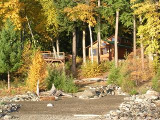 Kootenai Hideaway Lakefront Cabin, Kaslo