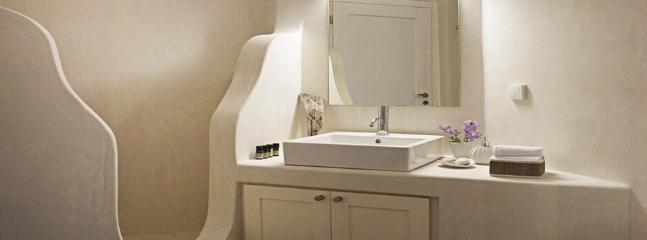 Typical en suite bathroom: Cycladic design