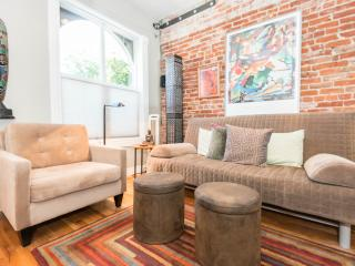 Walk to Best of Downtown & Lohi!  Cozy & Contemporary Townhome, Denver