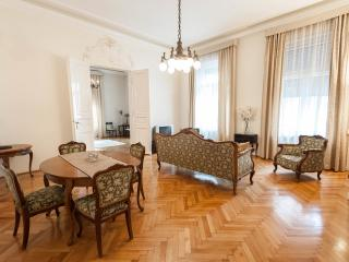 BEAUTIFUL CENTRAL OPERA APARTMENT!, Budapest