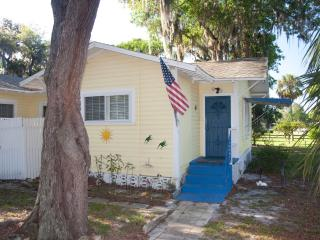 Honeymoon Cottage With Tropical Decor Wifi and premium cable package, New Port Richey