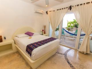 beatiful condo w/hot tub super location, Playa del Carmen
