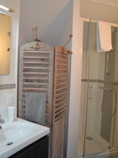 Petite salle de bain attenante à la chambre : avec douche, sèche-serviettes chauffant