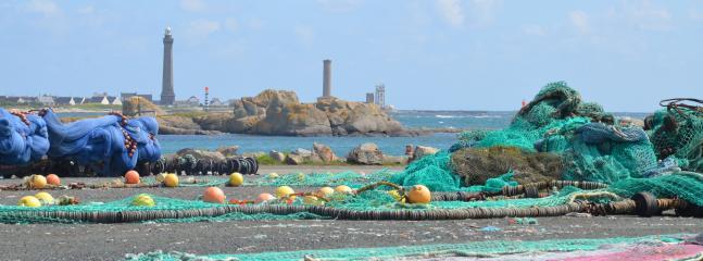 Filets de pêche avec le phare au loin