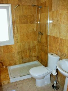Large family bathroom- to green and red room