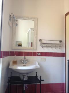 Bagno Rosso, bagno con box doccia primo piano