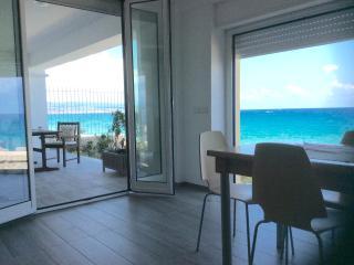 Marina Holiday Home con giardino sul mare, 10 mt dalla spiaggia. Sole mare relax