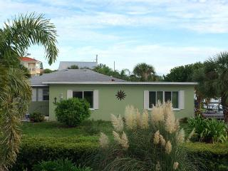 Newly decorated 2 bd 1 bath accommodation, Bradenton Beach