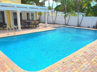 BTSVV ALOHA-PRIVATE POOL+JUST A FEW HOUSES FROM THE FORT LAUDERDALE OCEAN! 4 BED